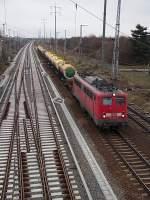 BR 140/177459/140-353-4-mit-einem-gueterzug-mit 140 353-4 mit einem Güterzug mit Kessel die in kyrillischer Schrift beschriftet waren am 24. Januar 2012 kurz vor der Durchfahrt durch den Bahnhof Schönefeld. Linksseitig  sind die Gleise der S-Bahn Strecke zum Flughafen Berlin Brandenburg zu sehen.